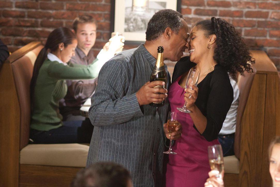 Grace (Tembi Locke, r.) kann nicht fassen, dass es Henry (Joe Morton, l.) gelungen ist, sie aus dem Gefängnis frei zu bekommen und verspricht ihm, i... - Bildquelle: Universal Television