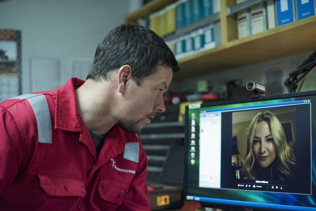 Felicia Williams (Kate Hudson, r.) ahnt bei dem Telefonat mit ihrem Mann Mike (Mark Wahlberg, l.) nicht, dass die Ölplattform auf der er arbeitet sc... - Bildquelle: Enrique Chediak Studiocanal