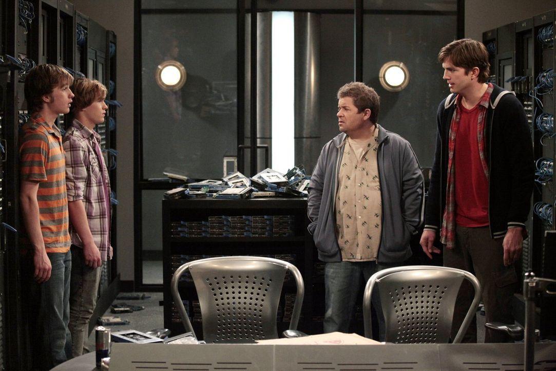 Jake (Angus T. Jones, l.) und Eldridge (Graham Patrick Martin, 2.v.l.) haben ihren Highschool-Abschluss bestanden und stehen nun vor der Berufswahl.... - Bildquelle: Warner Brothers Entertainment Inc.