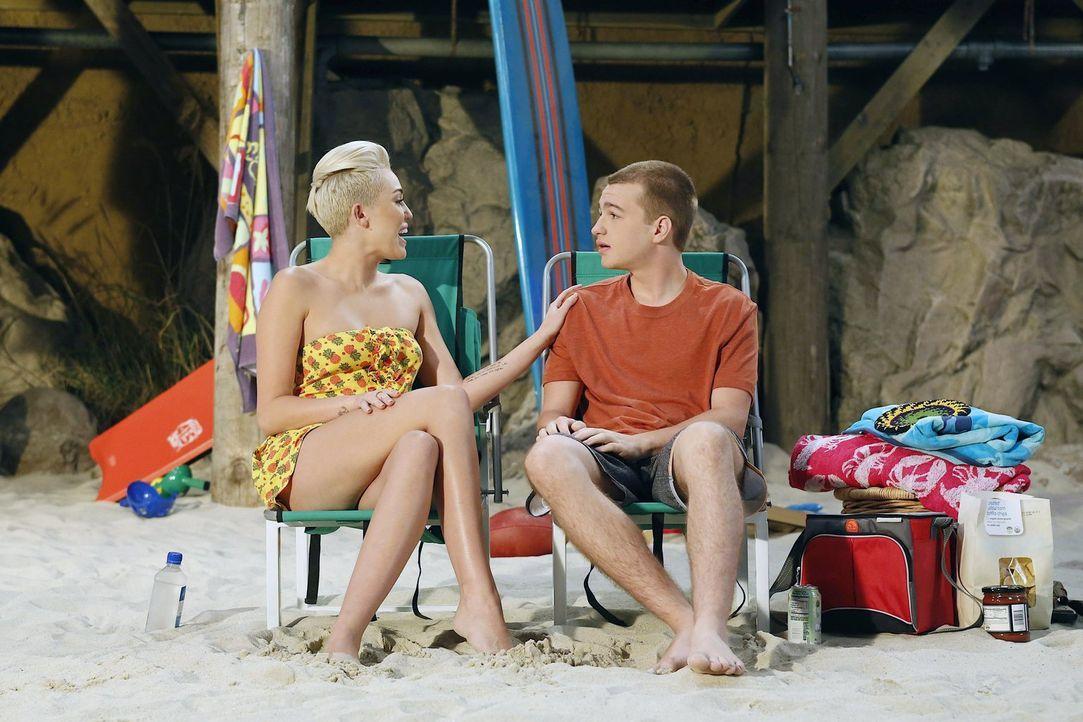 Als Jake (Angus T. Jones, r.) auf Wochenendurlaub von der Army Zuhause ist, landet er mit Missi (Miley Cyrus, l.) im Bett und verliebt sich in sie,... - Bildquelle: Warner Brothers Entertainment Inc.