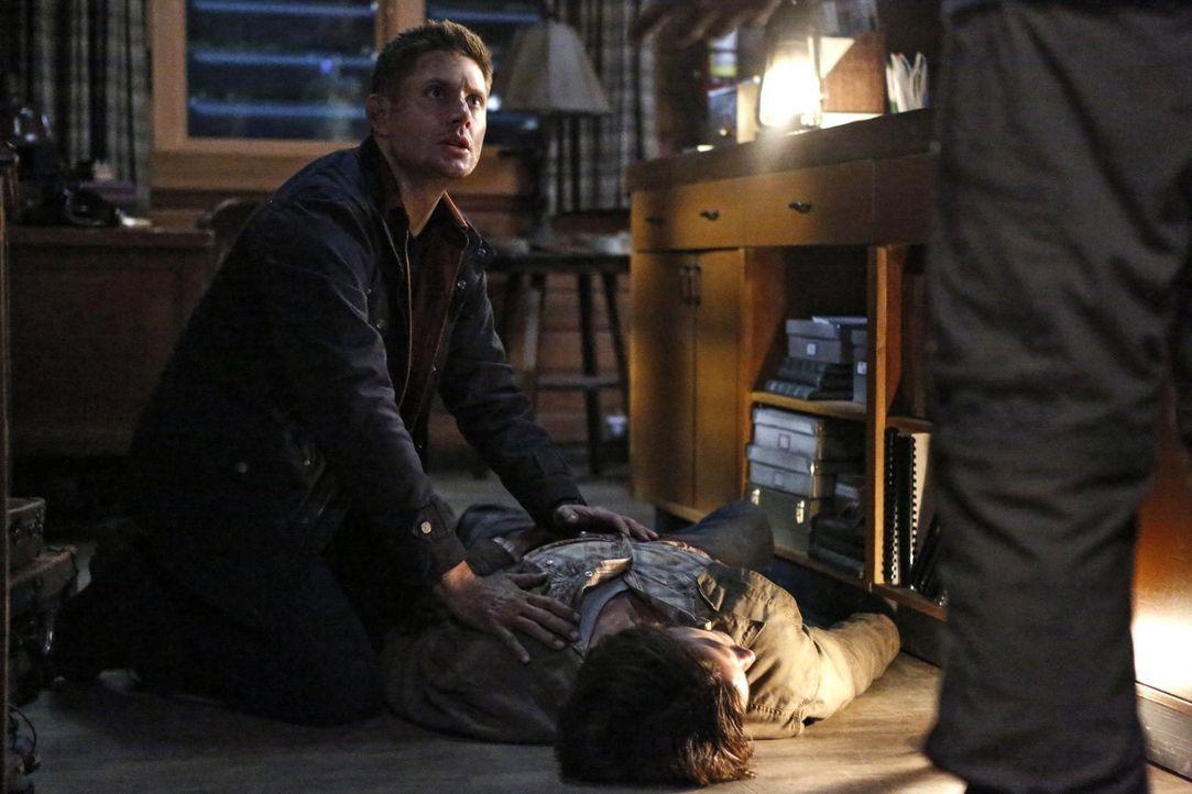 Eigentlich hätte sich Dean (Jensen Ackles, l.) lieber voll und ganz auf die Suche nach Castiel und Amara konzentriert, doch Sam (Jared Padalecki, r.... - Bildquelle: 2014 Warner Brothers
