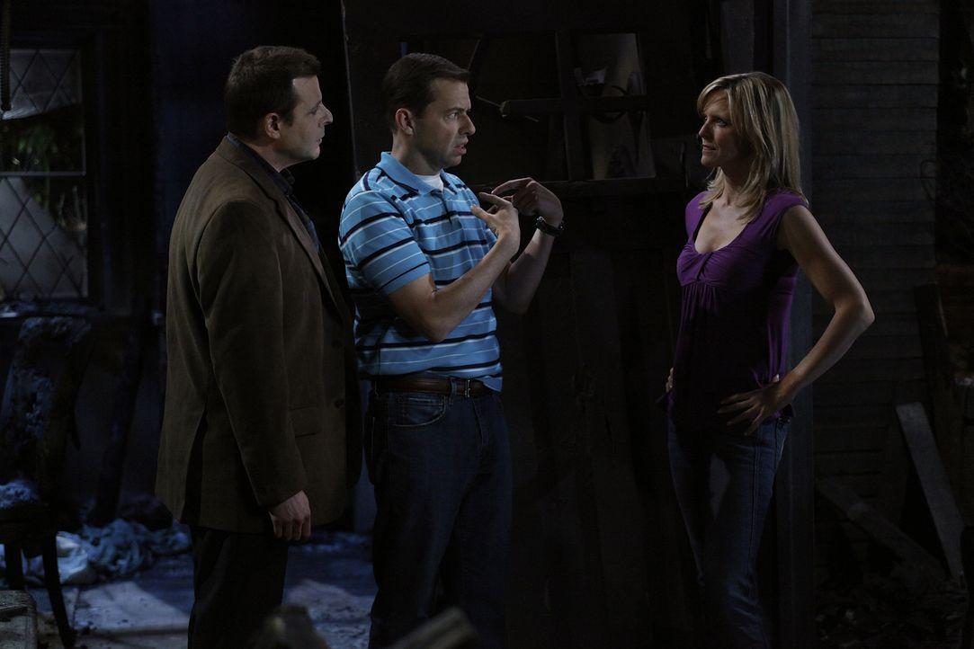 In der verkohlten Ruine kommt es dann zu einer emotionalen Männerrunde mit Alan (Jon Cryer, M.), Charlie, dem Pizzaboten Gordon und Lyndseys Ex-Mann... - Bildquelle: Warner Bros. Television