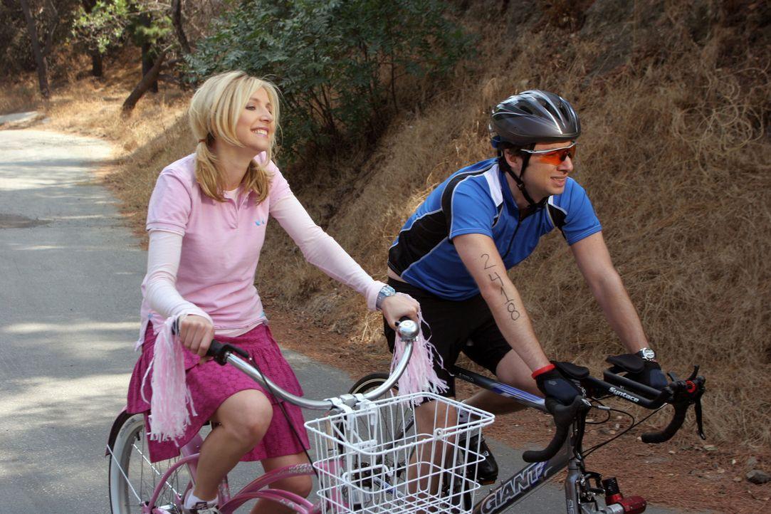 Mit Hilfe von Elliot (Sarah Chalke, l.) schafft es J.D. (Zach Braff, r.), sich für den Triathlon ein wenig vorzubereiten ... - Bildquelle: Touchstone Television