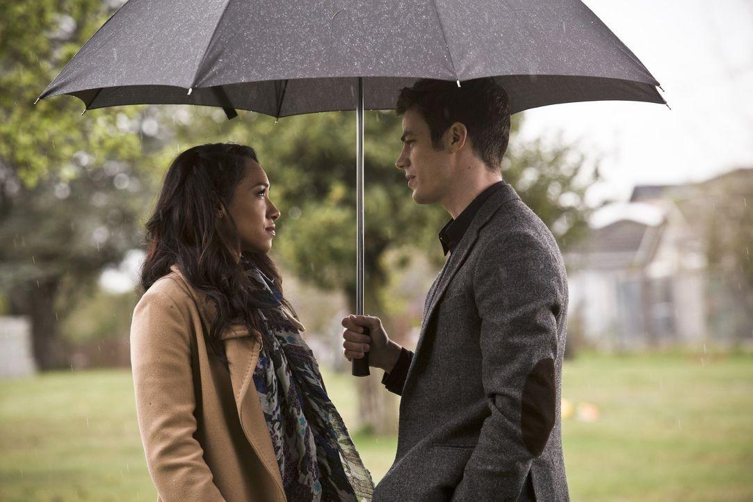 In der Zwischenwelt stellt eine Person, die aussieht wie Iris (Candice Patton, l.), Barry (Grant Gustin, r.) vor eine lebensverändernde Entscheidung... - Bildquelle: Warner Bros. Entertainment, Inc.