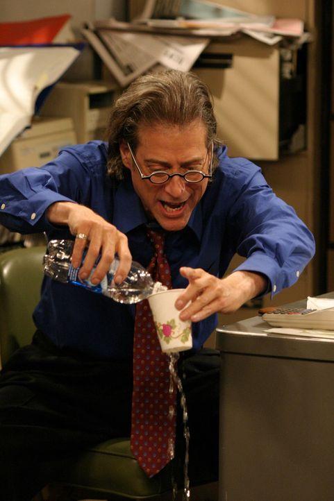 Charlie ist pleite. Sein Finanzberater Stan (Richard Lewis) macht ihm klar, dass seine Ausgaben schneller geflossen sind als seine Einnahmen ... - Bildquelle: Warner Brothers Entertainment Inc.