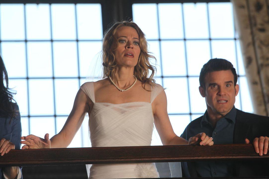 Petes (Eddie McClintock, r.) Ex-Frau Amanda (Jery Ryan, l.) taucht unvermittelt im Warehouse auf und fordert den Ring ihrer Großmutter zurück. Doch... - Bildquelle: Stephen Scott/Syfy