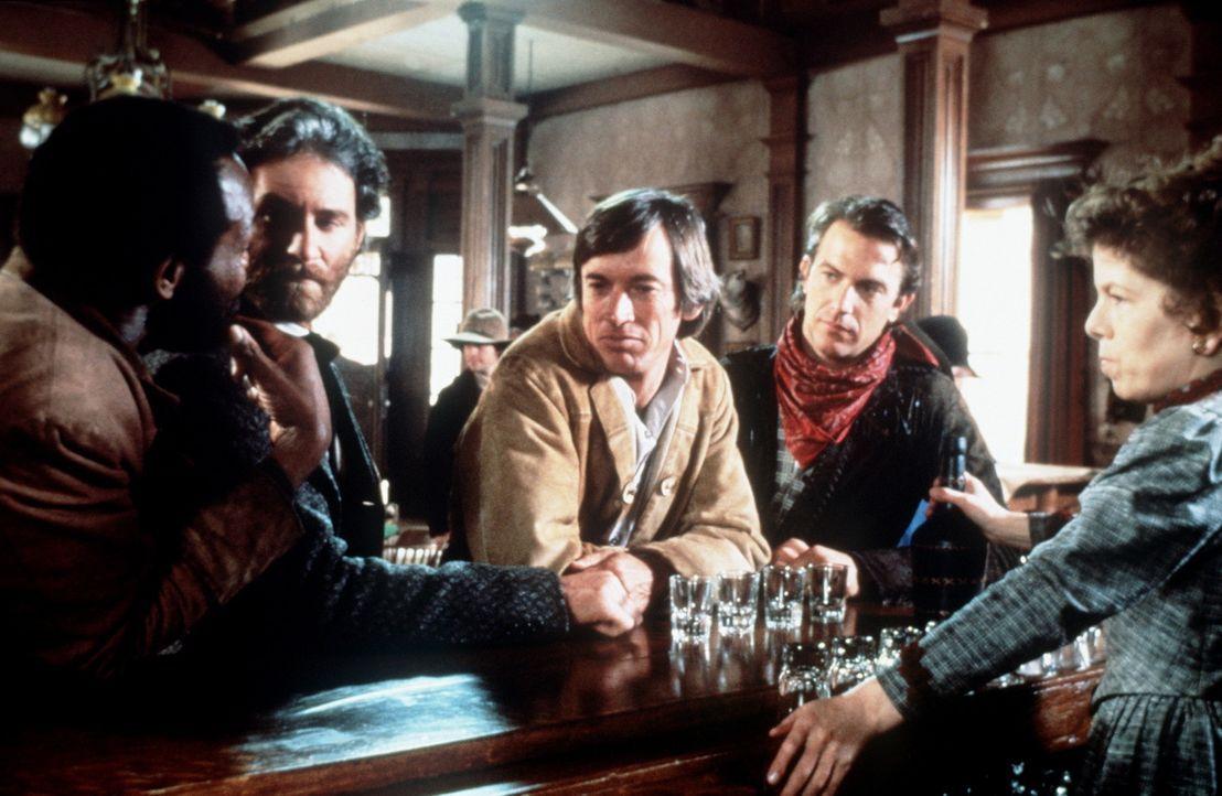 Mal (Danny Glover, l.), Paden (Kevin Kline, 2.v.l.), Emmett (Scott Glenn, M.) und Jake (Kevin Costner, 2.v.r.) werden im Saloon von Silverado von de... - Bildquelle: Columbia Pictures