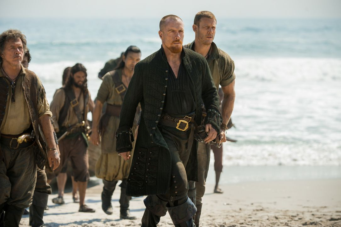 Captain Flint (Toby Stephens, vorne), Billy Bones (Tom Hopper, r.), Captain Vane und Blackbeard kehren gemeinsam nach Nassau zurück, um eine Mannsch... - Bildquelle: David Bloomer 2016 Starz Entertainment, LLC. All Rights Reserved
