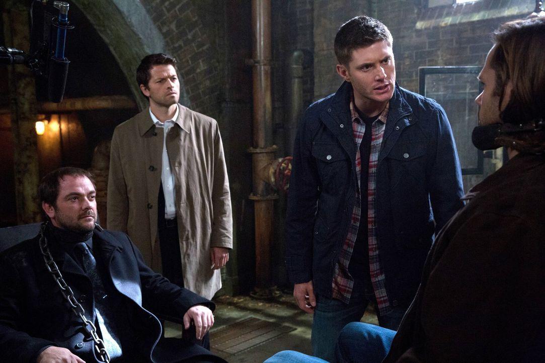 Eigentlich sollte Crowley (Mark Sheppard, l.) mit Hilfe einiger kleiner Tricks Gadreel (Jared Padalecki, r.) aus Sams Geist heraustreiben, doch schl... - Bildquelle: 2013 Warner Brothers