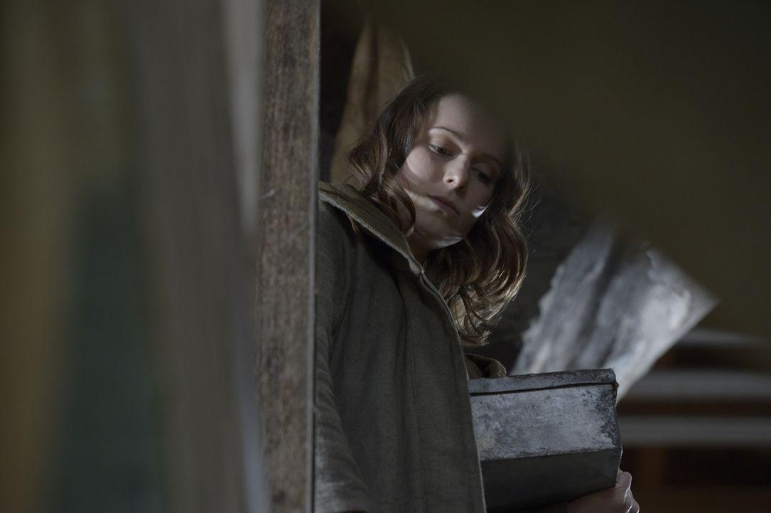 Schwester Amy (Alison Louder) ist sich sicher, dass Landry die Mutterpflanze versteckt hat, aber durch den Eingriff kann er ihr nicht mitteilen, wo... - Bildquelle: Philippe Bosse 2014 Syfy Media, LLC