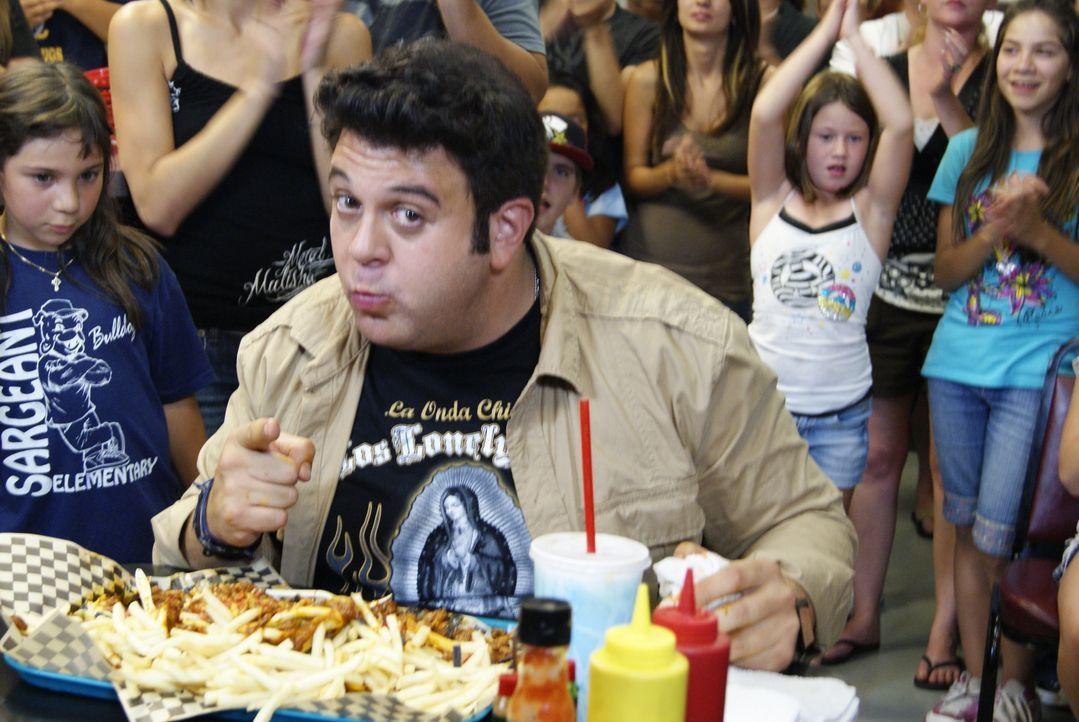 In Sacramento erwartet Adam eine ganz besondere Challenge: Ein ganzes Tablett voller Hotdogs und Pommes müssen innerhalb von 20 Minuten verspeist we... - Bildquelle: 2010, The Travel Channel, L.L.C.