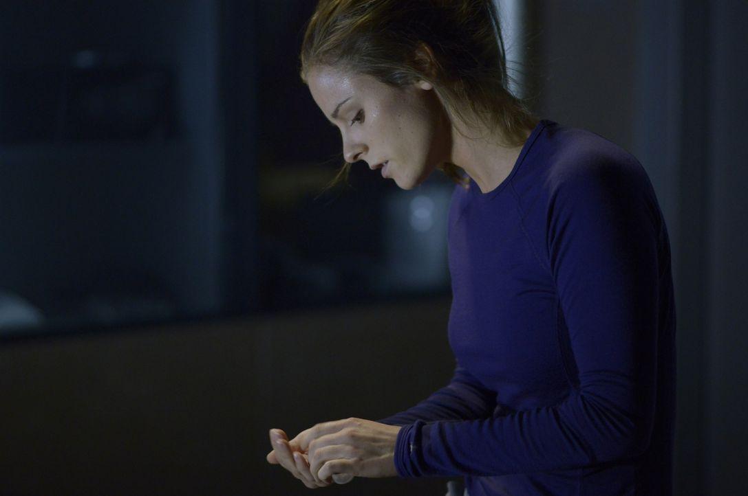 Sarah (Jordan Hayes) zeigt schwere Symptome, doch von welcher Krankheit? - Bildquelle: 2014 Sony Pictures Television Inc. All Rights Reserved.