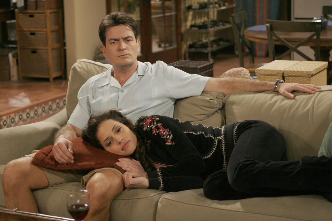 Charlie (Charlie Sheen, l.) findet Mia (Emmanuelle Vaugier, r.) sehr attraktiv und würde gerne mit ihr schlafen, doch Mia will ihre Beziehung zuerst... - Bildquelle: Warner Brothers Entertainment Inc.