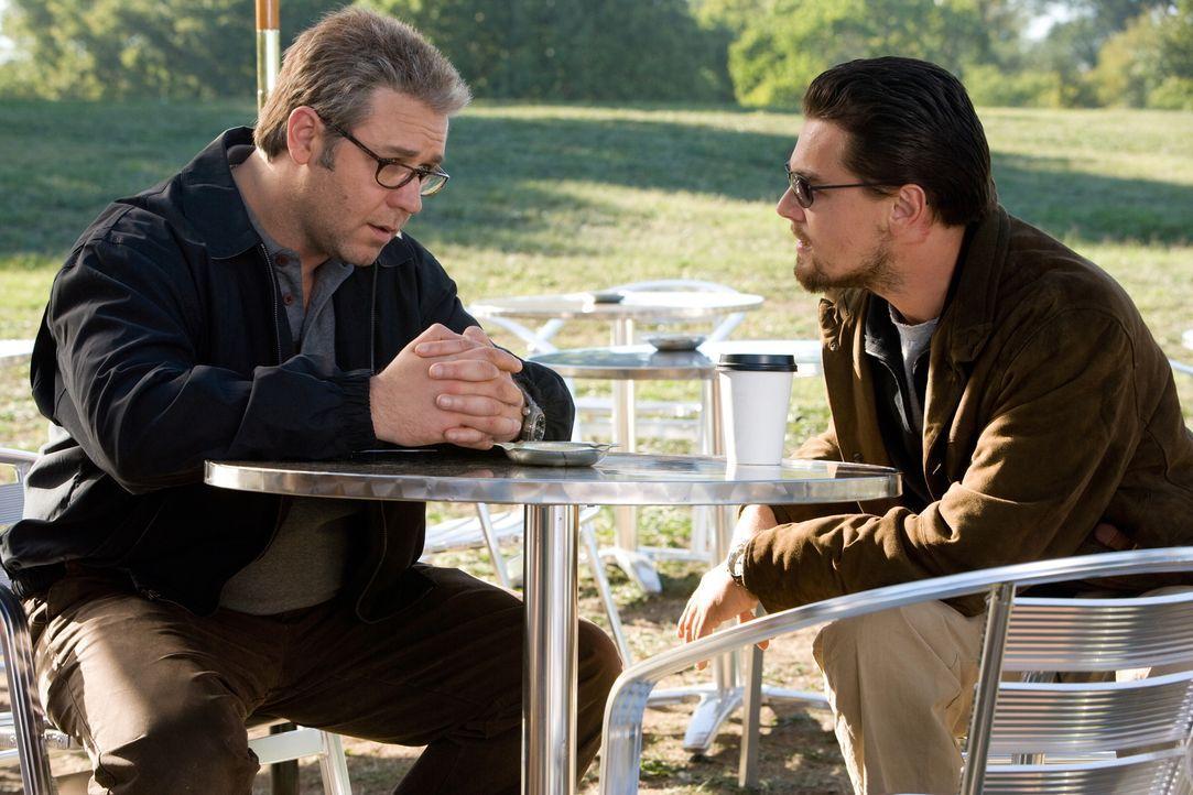 Vertraue niemandem, täusche jeden! Kann sich CIA-Agent Roger Ferris (Leonardo DiCaprio, r.) auf den aalglatten CIA-Verbindungsoffizier Ed Hoffman (R... - Bildquelle: Warner Brothers