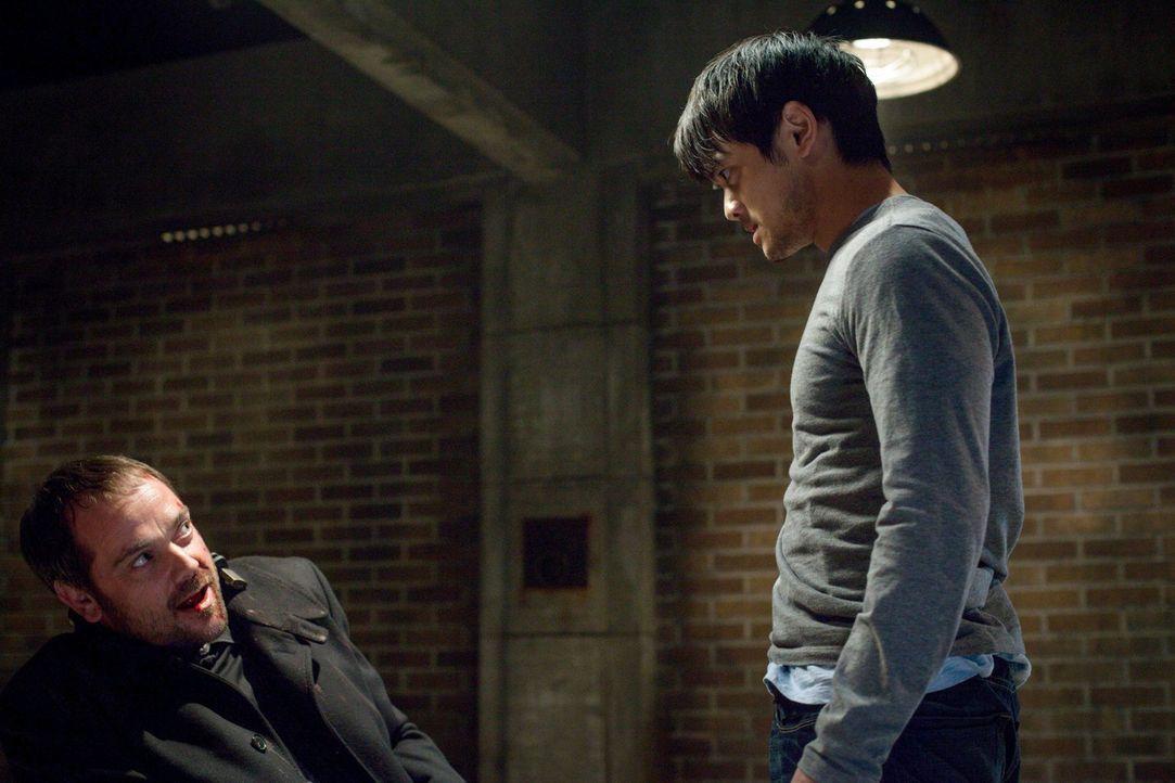 Kevin (Osric Chau, r.) versucht, auf eigene Faust Antworten von Crowley (Mark Sheppard, l.) zu bekommen und spielt ihm damit in die Karten ... - Bildquelle: 2013 Warner Brothers