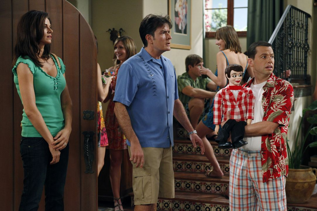 Als Alan (Jon Cryer, r.) gemeinsam mit seiner Freundin Melissa eine nicht angekündigte Party im Haus feiert, platzt Charlie (Charlie Sheen, M.) plat... - Bildquelle: Warner Bros. Television