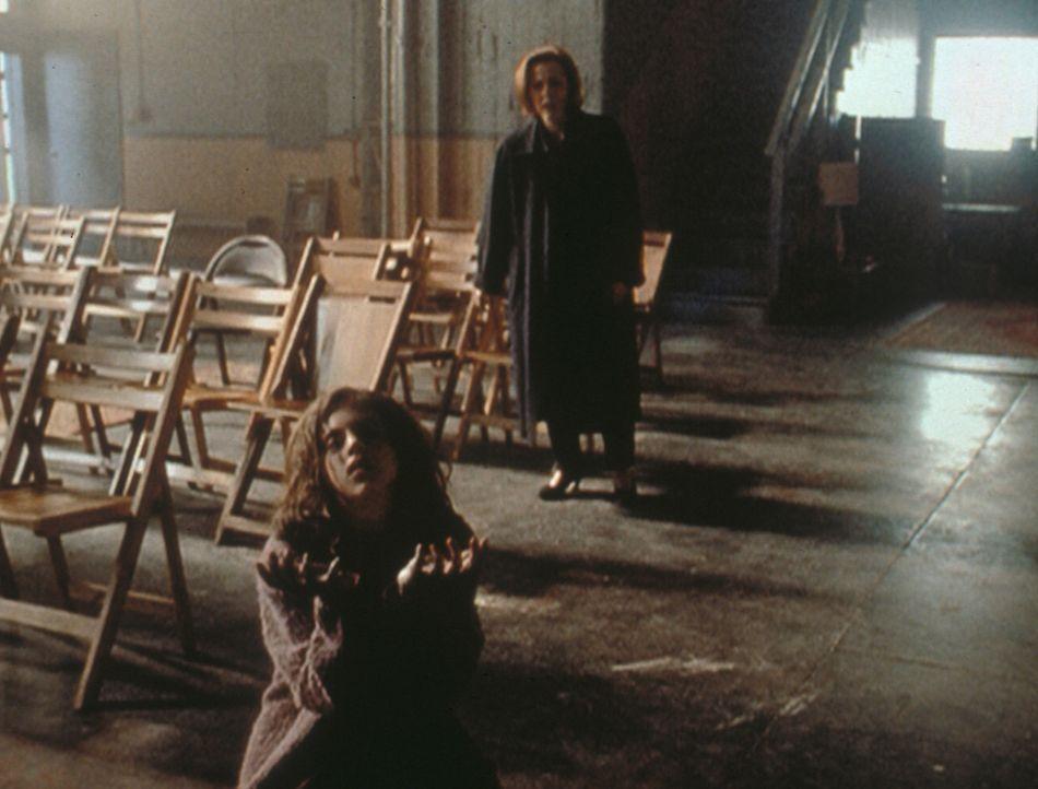 Scully (Gillian Anderson, hinten) muss entsetzt erkennen, dass sie den Tod der behinderten Roberta (Emily Perkins, vorne) nicht abwenden kann. - Bildquelle: TM +   2000 Twentieth Century Fox Film Corporation. All Rights Reserved.