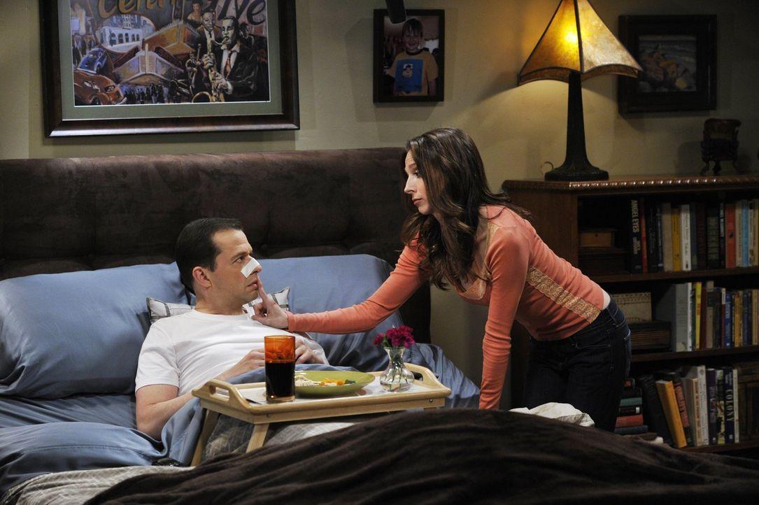 Alan (Jon Cryer, l.) wird von seinen Lieben mit Aufmerksamkeit überschüttet, als er aus dem Krankenhaus zurückkommt - nur Zoey (Sophie Winkleman, r.... - Bildquelle: Warner Brothers Entertainment Inc.
