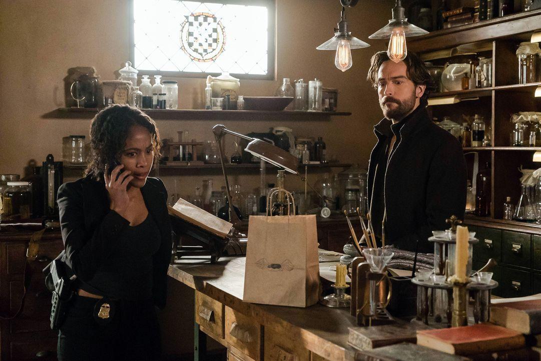 Crane (Tom Mison, r.) kann mithilfe der Artefakte sehen, wo sich Abbie (Nicole Beharie, l.) gerade aufhält und was sie macht - eine Tatsache, die mö... - Bildquelle: 2015-2016 Fox and its related entities.  All rights reserved.