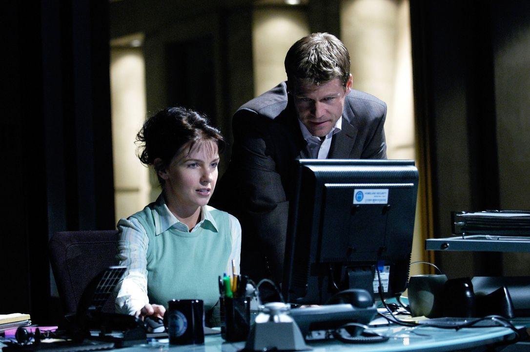 Tom (Joel Gretsch, r.) und Diana (Jacqueline McKenzie, l.) untersuchen das Umfeld eines Mannes, der in seiner Nachbarschaft das Verbrechen bekämpft... - Bildquelle: Viacom Productions Inc.