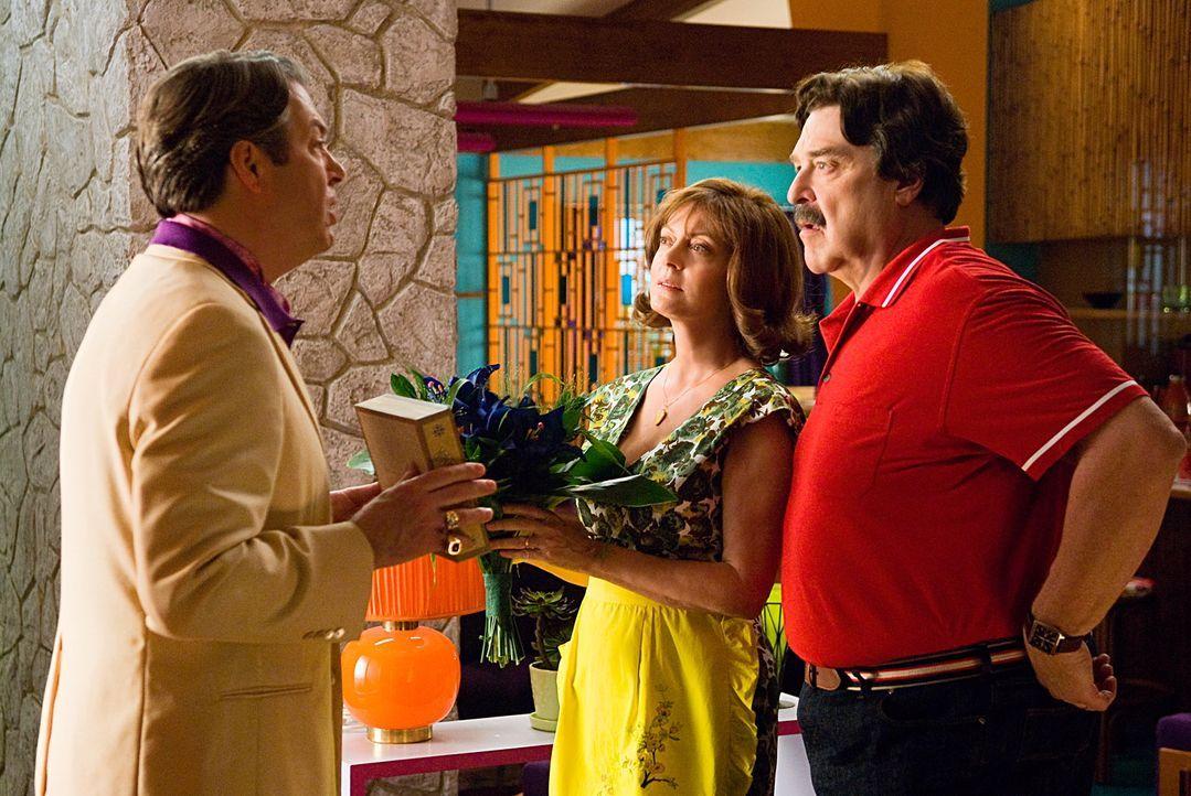 Eines Tages erhalten Pops (John Goodman, r.) und Mom Racer (Susan Sarandon, M.) Besuch von Mr. Royalton (Roger Allam, l.). Er unterbreitet ihnen ein... - Bildquelle: 2008   Warner Brothers