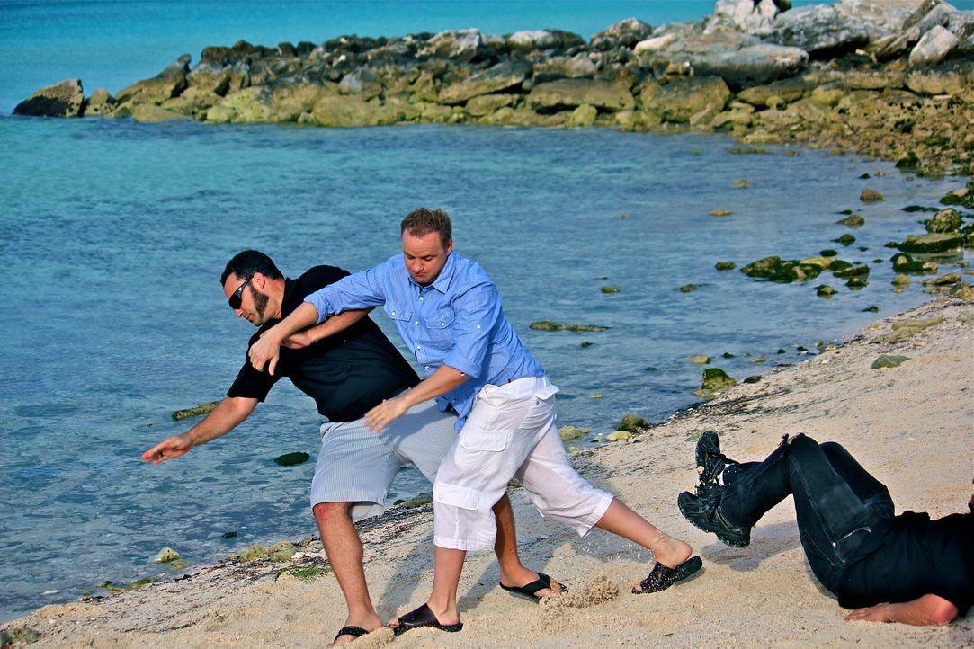 Holt (Bart Baggett) versucht, seine Angreifer zu überwältigen, doch ob es ihm gelingt, den Handlangern des reichen Tiburon zu entkommen? Oder wird e... - Bildquelle: 2012, THE INSTITUTION, LLC. All Rights Reserved.