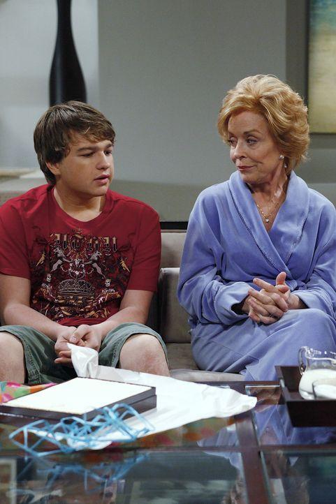 Charlie kommt betrunken nach Hause und zerstört Jake (Angus T. Jones, l.) ein Date mit dessen neuer Freundin. Jake verspricht, sich zu rächen. Da ko... - Bildquelle: Warner Bros. Television