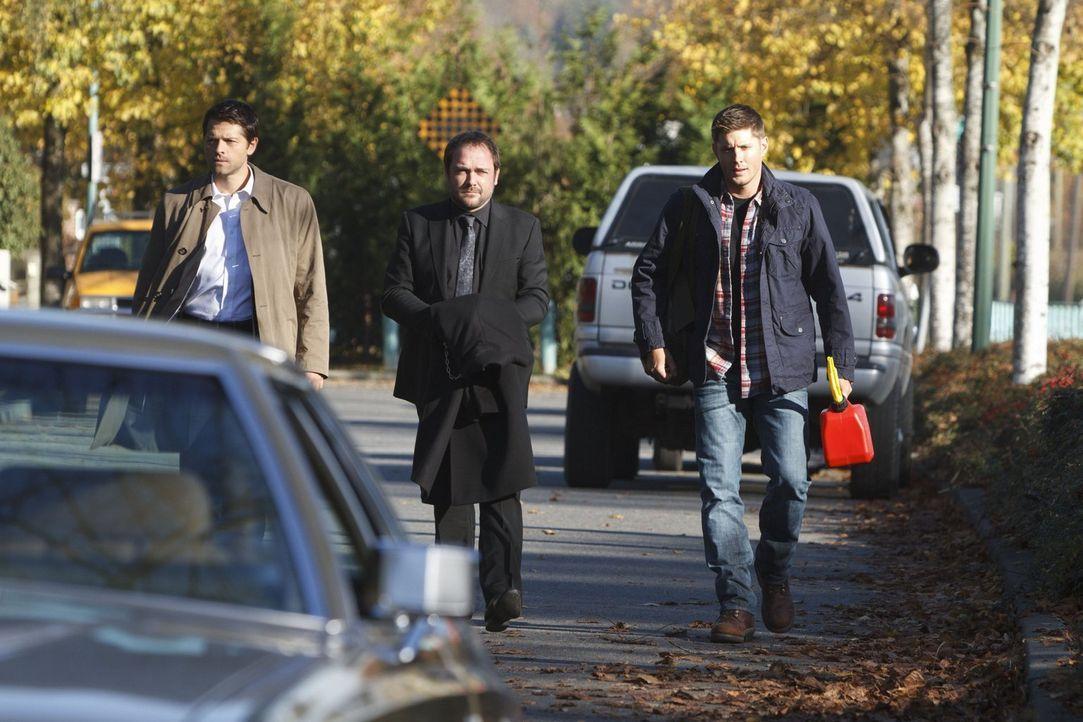 Lassen sich Castiel (Misha Collins, l.) und Dean (Jensen Ackles, r.) wirklich darauf ein, im Gegenzug zu Crowleys (Mark Sheppard, M.) Hilfe einen Au... - Bildquelle: 2013 Warner Brothers