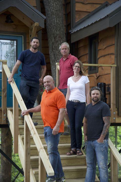 Für ihre Kunden Michael (l.) und Caroline (2.v.r.) geben die Treehouse Guys B'fer (hinten r.) und Javier (hinten l.) ihr Bestes und zaubern einen sp... - Bildquelle: 2016,DIY Network/Scripps Networks, LLC. All Rights Reserved.
