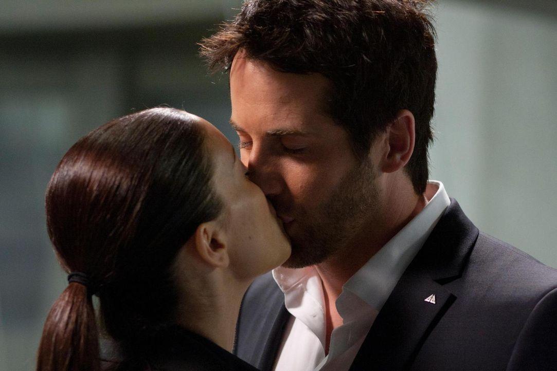 Jo (Erica Cerra, l.) und Zane (Niall Matter, r.) sind noch immer glücklich miteinander ... - Bildquelle: Universal Television