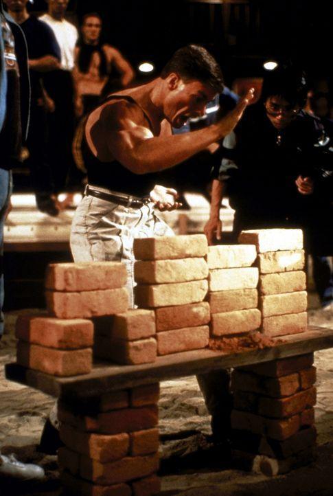 Schon mit dreizehn Jahren begann Frank Dux (Jean-Claude Van Damme), sich in den asiatischen Kampfsportarten zu üben. Jahre später wird er von der am... - Bildquelle: Cannon Group
