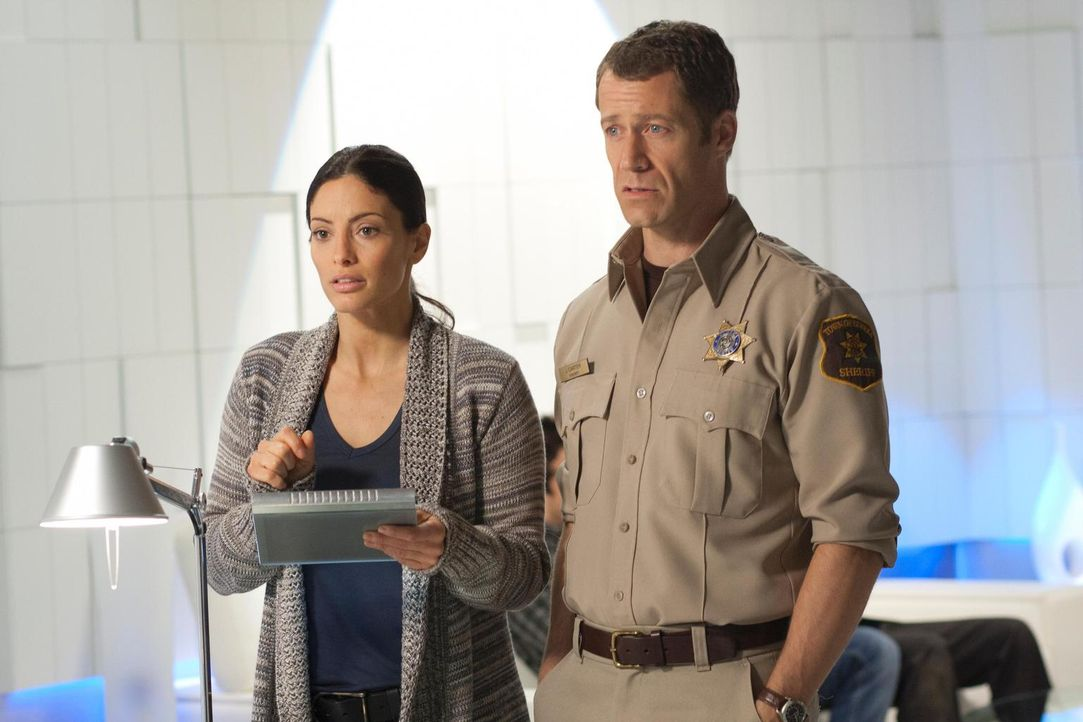 Wird es Lupo (Erica Cerra, l.) und Jack (Colin Ferguson, r.) gelingen, eine hochmoderne Technologie zu stoppen, die alle Energiequellen anzapft? - Bildquelle: Universal Television