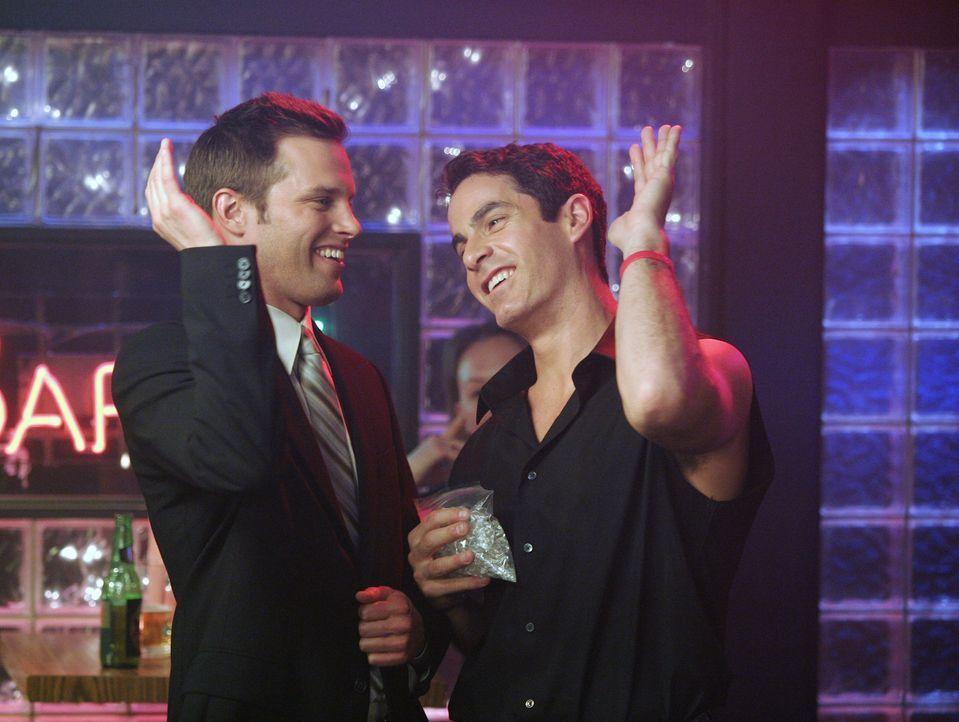 Freuen sich, dass Elliot den Heiratsantrag angenommen hat: Keith (Travis Schuldt, l.) und Todd (Robert Maschio, r.) ... - Bildquelle: Touchstone Television