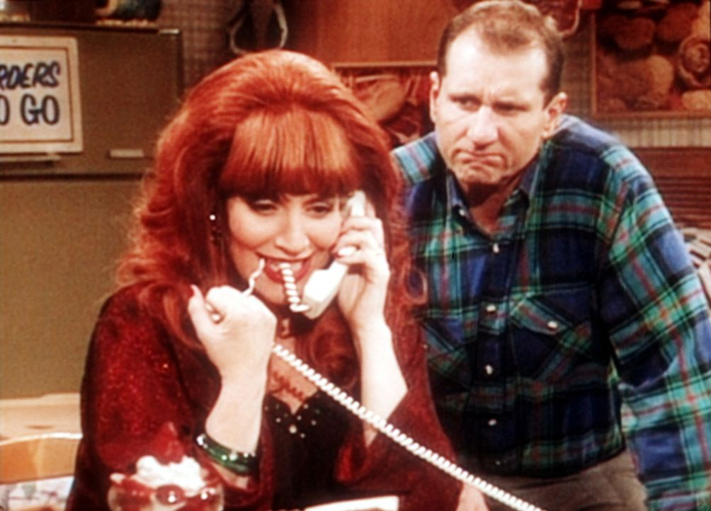 Al (Ed O'Neill, r.) ist misstrauisch, weil Peggy (Katey Sagal, l.) ihren neuen Job an der Sex-Hotline so überzeugend bringt. - Bildquelle: Sony Pictures Television International. All Rights Reserved.