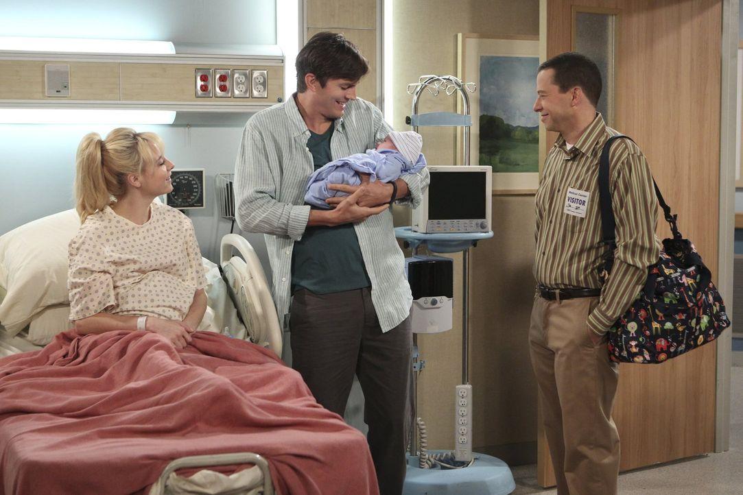 Noch ahnen Walden (Ashton Kutcher, M.) und Alan (Jon Cryer, r.) nicht, dass Kathy (Alessandra Torresani, l.) ihr Kind doch selbst behalten möchte ... - Bildquelle: Warner Brothers Entertainment Inc.