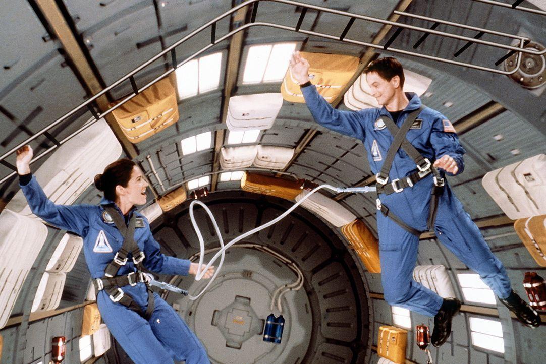 Seit vielen Jahren arbeiten Jim (Gary Sinise, r.) und seine Frau (Kim Delaney, l.) konsequent daran, als erste Menschen zum Mars fliegen zu können.... - Bildquelle: Touchstone Pictures