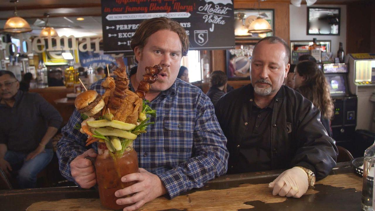 Casey Webb (l.) macht Milwaukee unsicher und trifft dabei auf eine Bloody Mary mit integriertem Brunch ... - Bildquelle: 2017,The Travel Channel, L.L.C. All Rights Reserved.