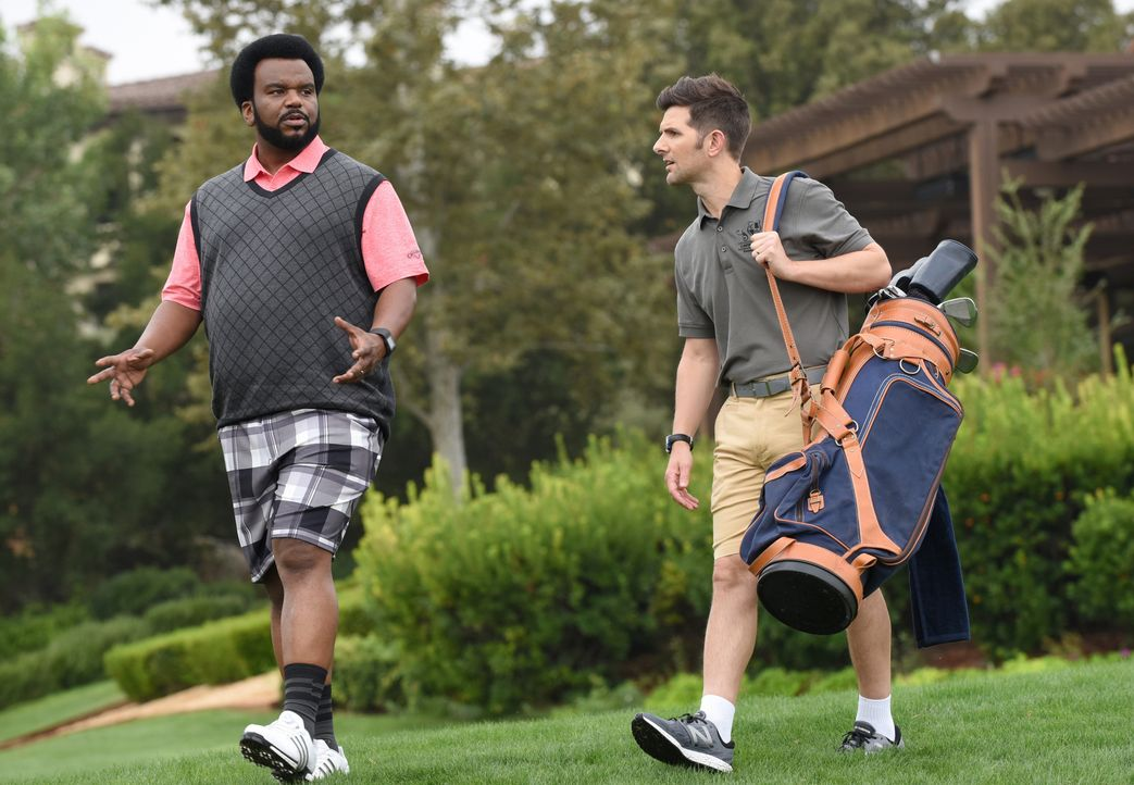 Leroy (Craig Robinson, l.) und Max (Adam Scott, r.) müssen in einem Country Club ermitteln, nachdem ein Angestellter des Clubs angeblich innerhalb k... - Bildquelle: Ray Mickshaw 2017 Fox and its related entities. All rights reserved. / Ray Mickshaw