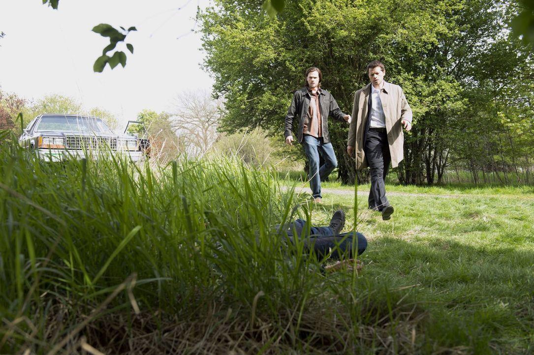 Gelingt es Castiel (Misha Collins, r.) und Sam (Jared Padalecki, l.) die Verbindung von Metatron und der Engelstafel zu unterbrechen, um ihn überhau... - Bildquelle: 2013 Warner Brothers