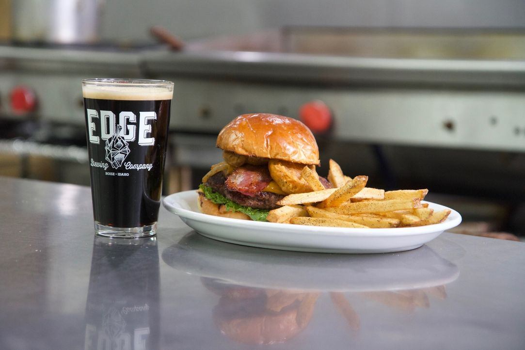 "Ein ""Over the Edge Burger"", ein in Bier getränkter Burger mit frittierten Gurken, gepfeffertem Speck und Barbecue-Soße, erwartet Casey im ""Edge Brew... - Bildquelle: 2018, The Travel Channel, LLC. All Rights Reserved."