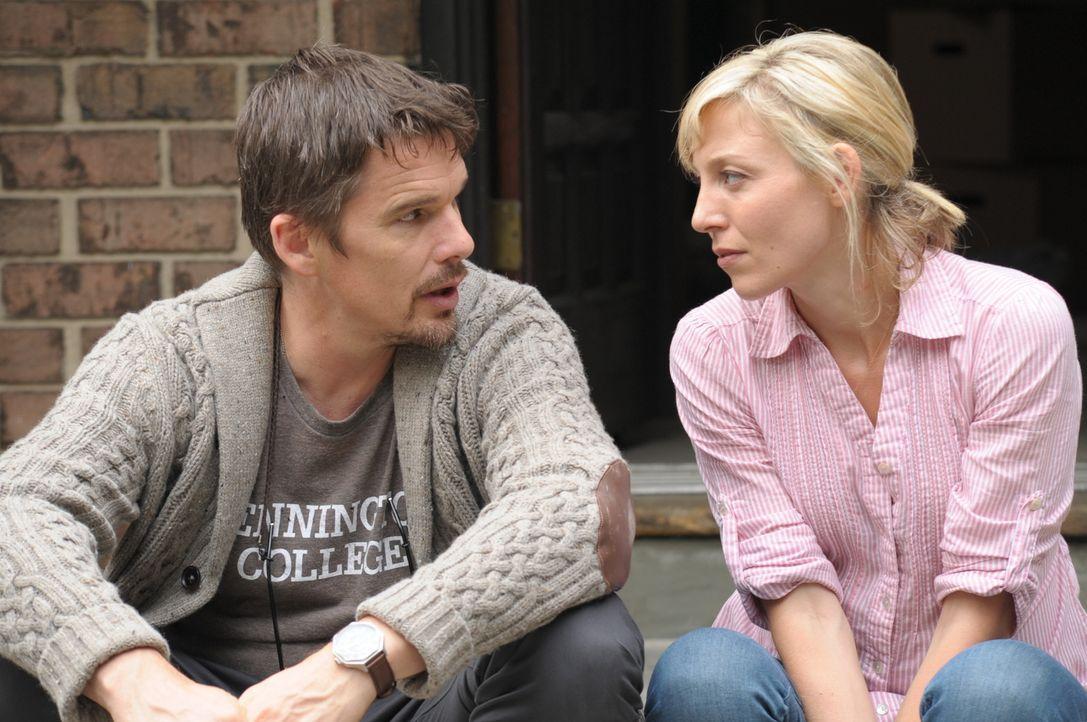 Nachdem der erfolglose Horrorautor Ellison (Ethan Hawke, l.) einen Umzug in ein neues Haus durchgesetzt hat, ist Tracy (Juliet Rylance, r.) skeptisc... - Bildquelle: Phillip Caruso 2011 GAME CHANGE