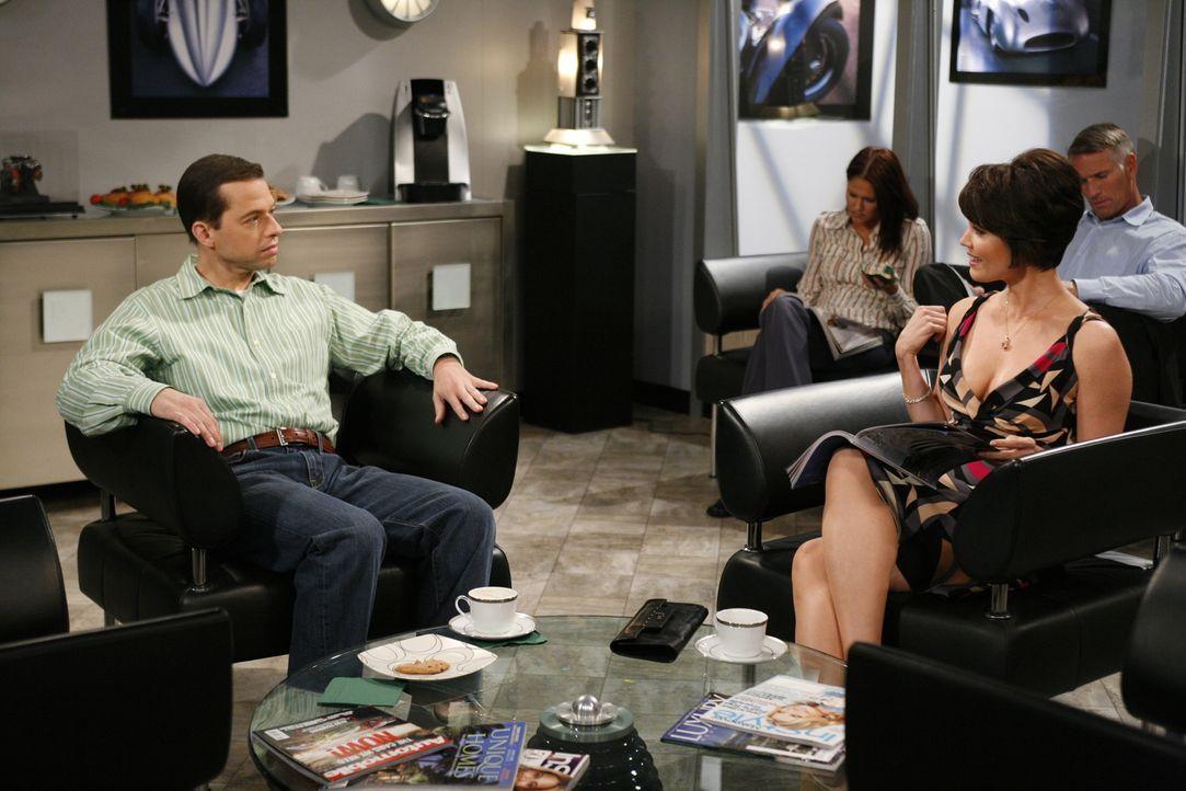 Alan (Jon Cryer, l.) bringt Charlies Auto zur Inspektion und lernt dabei Diane (Bellamy Young, r.) kennen. Er vergnügt sich mit ihr im Haus seiner M... - Bildquelle: Warner Brothers Entertainment Inc.