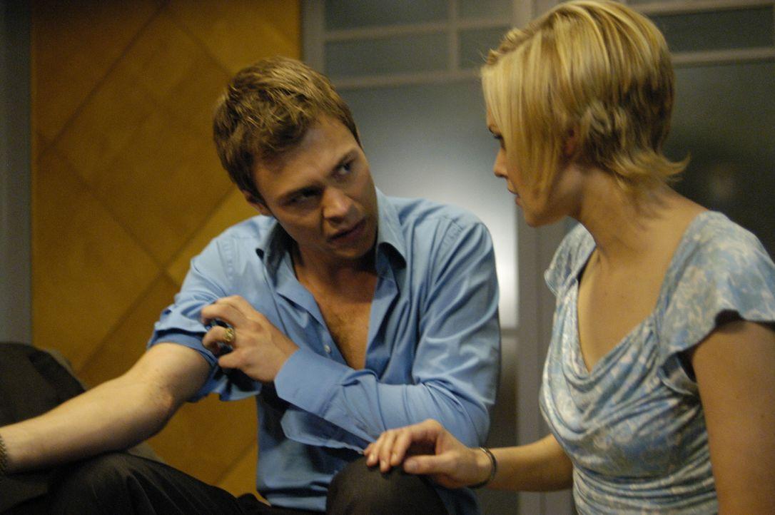 Lily (Laura Allen, r.) begutachtet Shawns (Patrick Flueger, l.) Arm, der mysteriöse Veränderungen zu kämpfen hat ... - Bildquelle: Viacom Productions Inc.