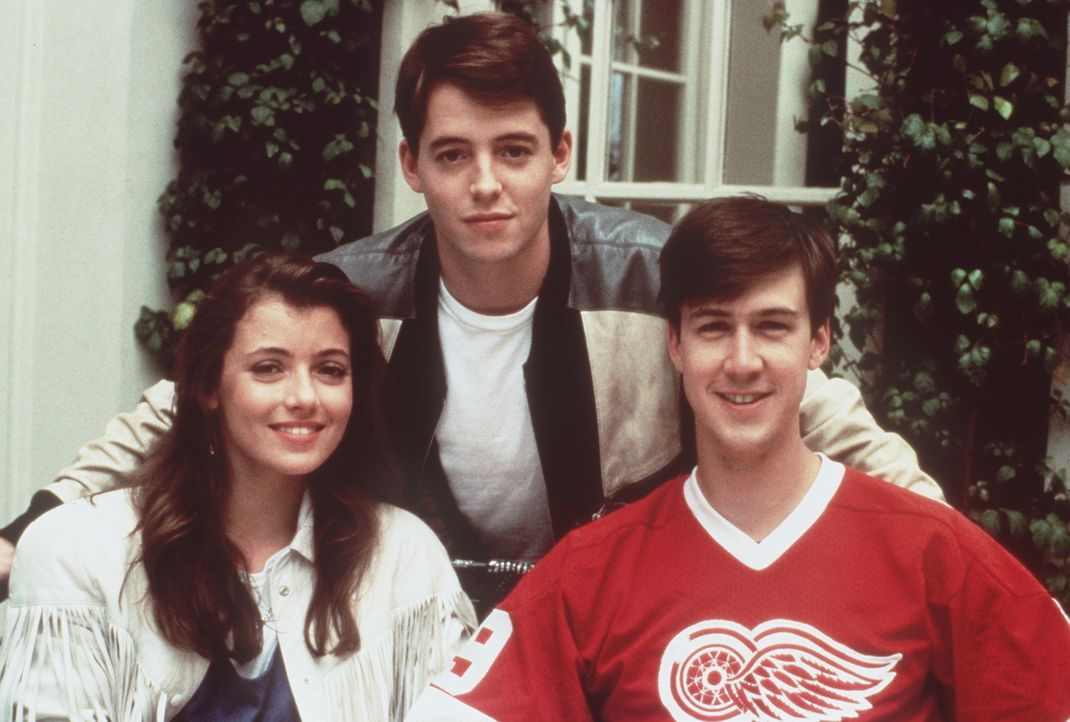 Unterwegs in Papas Ferrari machen sich die drei Schulschwänzer Ferris (Matthew Broderick, M.), Sloane (Mia Sara, l.) und Cameron (Alan Ruck, r.) ein... - Bildquelle: Paramount Pictures