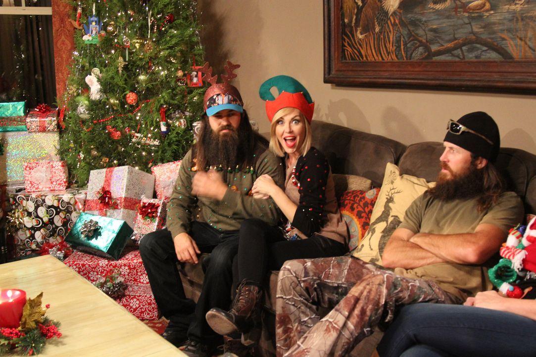 Ohnehin schon ziemlich genervt vom Geschenk seiner Mutter Kay, soll Jase (r.) seinen Weihnachtspulli jetzt auch noch anziehen. Ein Riesenspaß für Je... - Bildquelle: 2013 A+E Networks