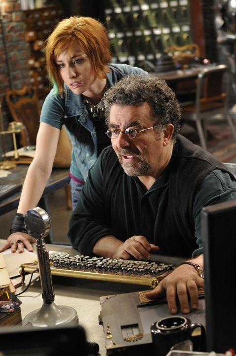 Während Claudia (Allison Scagliotti, l.) versucht, ihre Probleme mit Todd in den Griff zu bekommen, muss Artie (Saul Rubinek, r.) tief in seiner Ver... - Bildquelle: Steve Wilkie SCI FI Channel