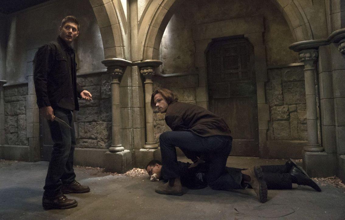 Nachdem Dean (Jensen Ackles, l.) und Sam (Jared Padalecki, r.) erfahren haben, dass Crowley Amara eine Unterkunft bietet, statten sie ihm einen Besu... - Bildquelle: 2014 Warner Brothers