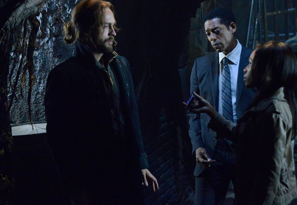 Im Kampf gegen den kopflosen Reiter: Ichabod (Tom Mison, l.), Abbie (Nicole Beharie, r.) und Frank (Orlando Jones, M.) ... - Bildquelle: 2013 Twentieth Century Fox Film Corporation. All rights reserved.