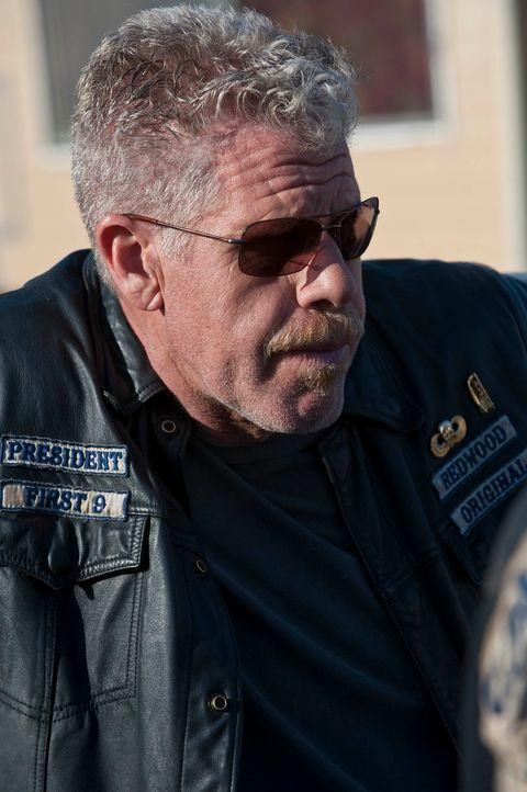 Wer steckt hinter der Schießerei, zu der es während Half-Sacks Beerdigung kam? Clay (Ron Perlman) schwört, die Verantwortlichen zur Rechenschaft zu... - Bildquelle: 2010 FX Networks, LLC. All rights reserved.