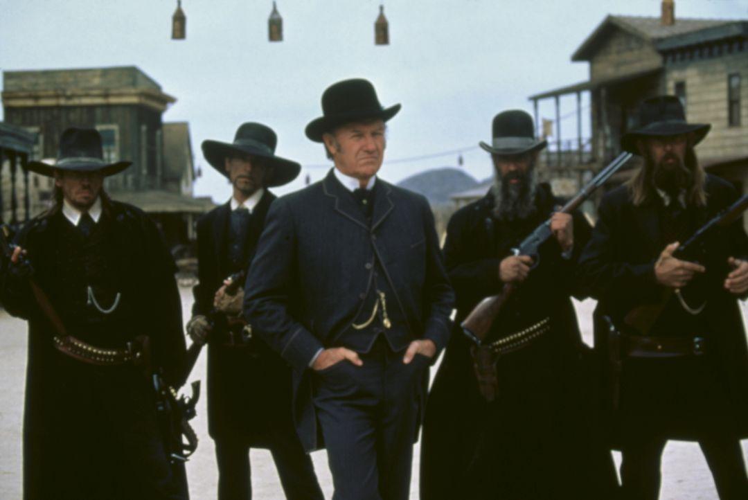 Der fiese Herod (Gene Hackman, M.) ist der selbsternannte Bürgermeister und Sheriff der Westernstadt Redemption. Mit seiner skrupellosen Bande terro... - Bildquelle: Columbia TriStar Film